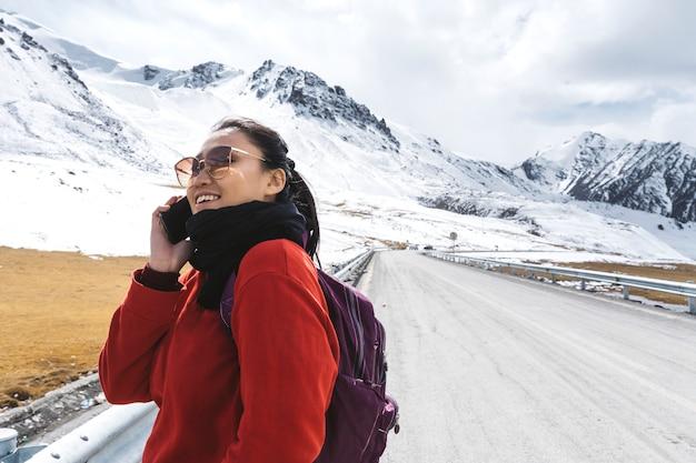 Reisende am telefon und im himalaya-gebirge