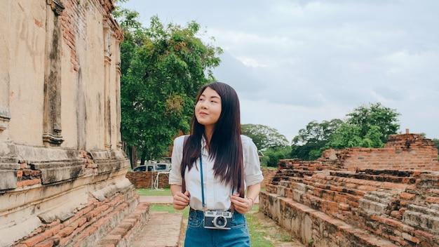 Reisende asiatische frau, die ferienreise in ayutthaya, thailand verbringt