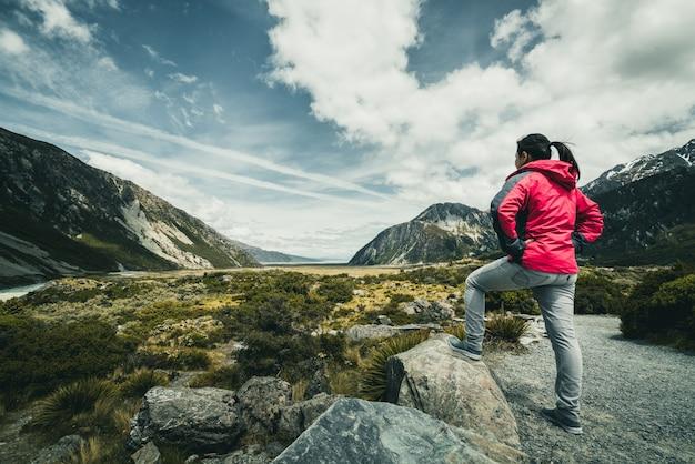 Reisende der frau, die in der wildnis-landschaft reist