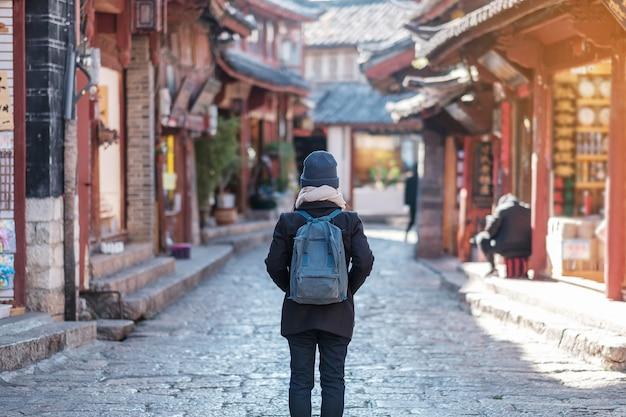 Reisende der jungen frau, die reist