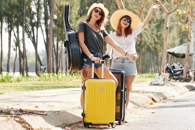 Reisende, die auto fangen