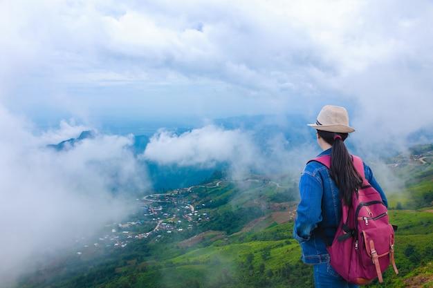 Reisende, die berg phu tub berk mit nebel, thailand betrachten
