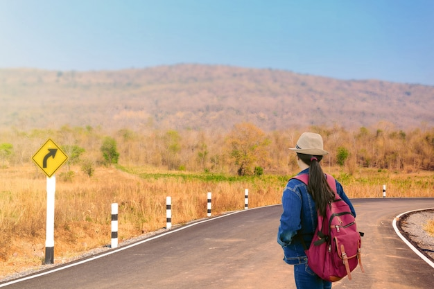 Reisende, die betrachten, biegen, verkehrszeichen auf straße nach rechts ab