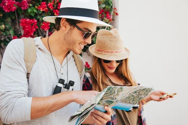 Reisende, die in der karte suchen