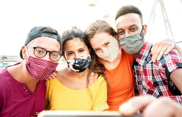 Reisende, die selfie mit geschlossenen gesichtsmasken nehmen