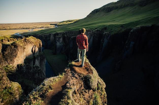 Reisende erkunden die raue landschaft islands