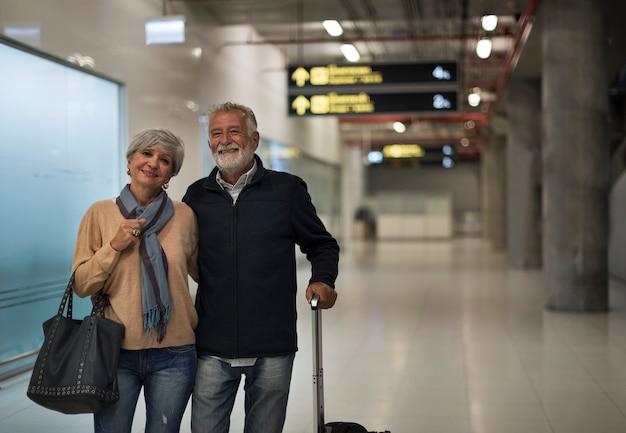 Reisende flughafenszene der älteren paare