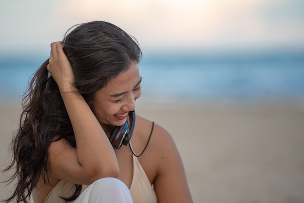 Reisende frau am strand entspannen