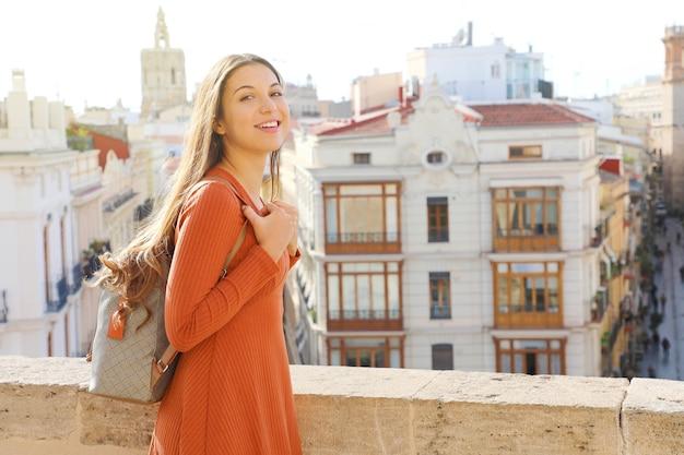 Reisende frau besucht die stadt valencia, spanien