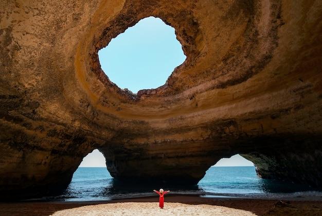 Reisende frau, die allein die strände der algarve portugal genießt?