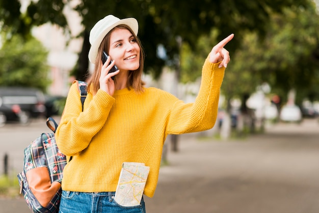 Reisende frau, die am telefon spricht
