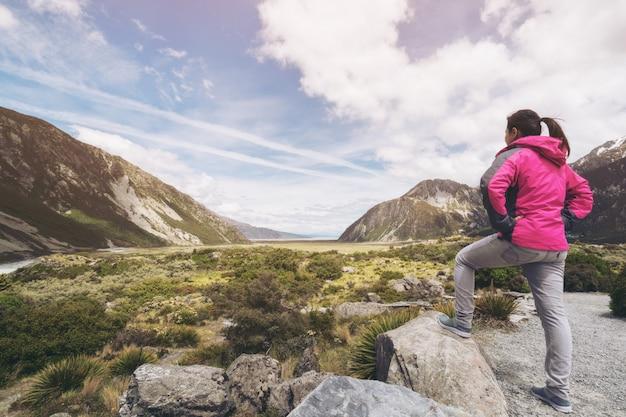 Reisende frau, die in der wildnislandschaft reist