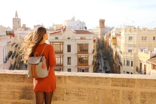 Reisende frau, die stadtbild von valencia, spanien genießt