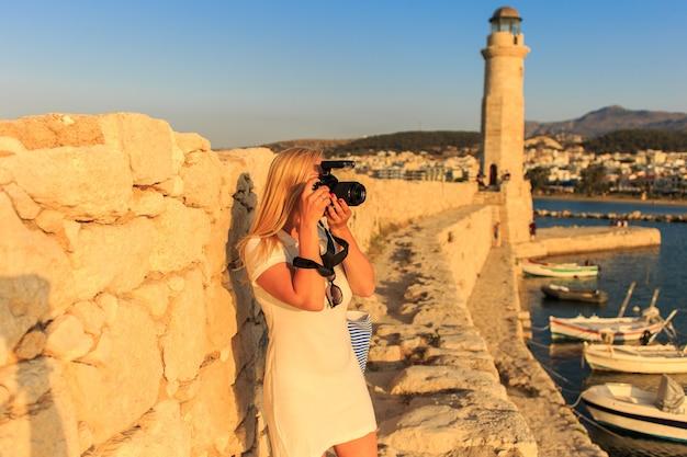 Reisende frau fotografin mit professioneller kamera
