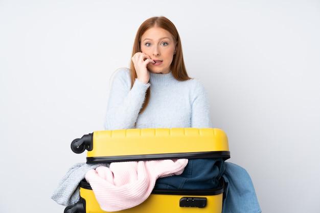 Reisende frau mit einem koffer voller kleidung nervös und ängstlich