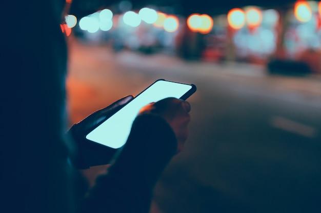Reisende frau mit handy in der nacht