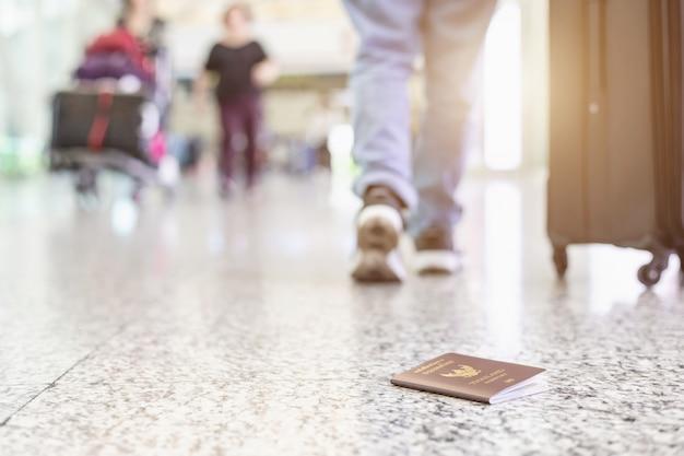 Reisende haben am flughafen ihren reisepass verloren