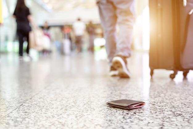 Reisende haben ihre brieftasche auf dem boden des flughafens verloren