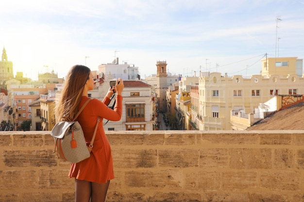 Reisende mädchen, die foto von der terrasse des stadtbildes von valencia, spanien macht