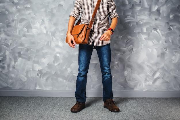 Reisende mannmode der weinlese mit gutaussehendem mann der ledertasche