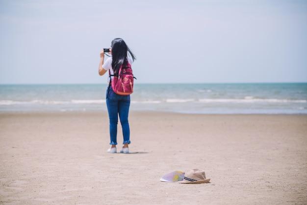 Reisende menschen konzept junge glücklich asiatische gril am strand