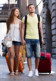 Reisende mit gepäck auf der straße