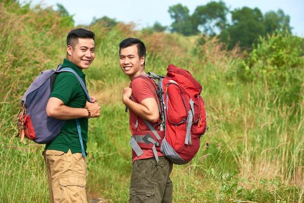 Reisende mit rucksäcken