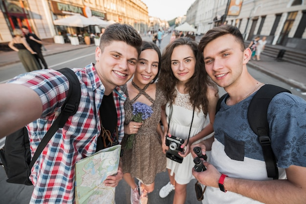 Reisende nehmen selfie auf der straße