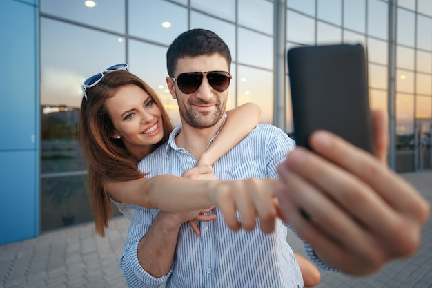 Reisende paare, die foto mit mobiltelefon machen