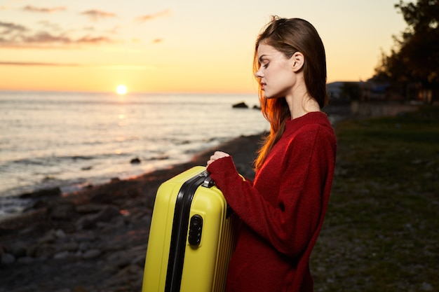 Reisende sotnichenko koffer in der nähe von ozean tourismus urlaub