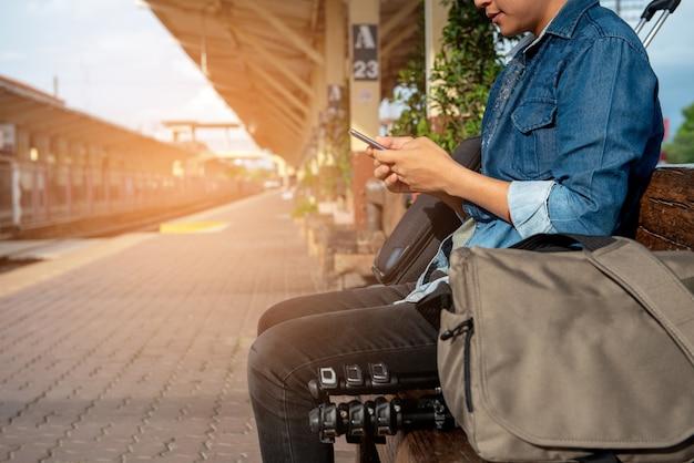 Reisende suchen karten vom telefon aus