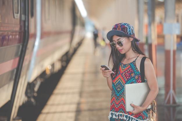 Reisende suchen mit dem telefon nach sehenswürdigkeiten.