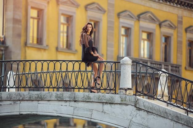 Reisende touristische frau, die ferien in venedig, italien verbringt