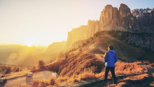 Reisende wandern atemberaubende landschaft der dolomiten