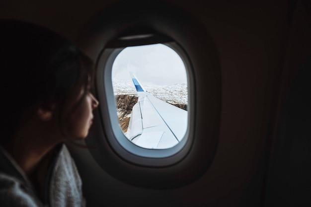 Reisender auf einem flug über den atlantik zu den färöer-inseln