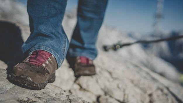 Reisender auf felsen-berg