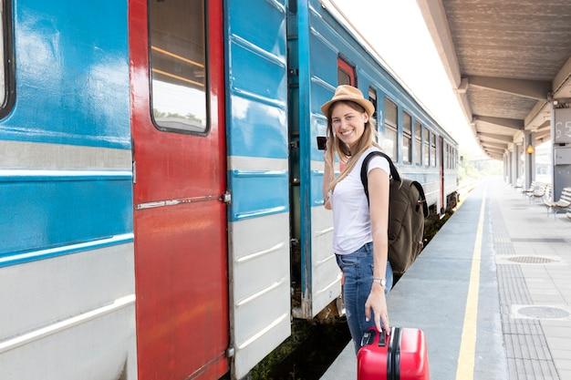 Reisender bereit, den zug zu nehmen