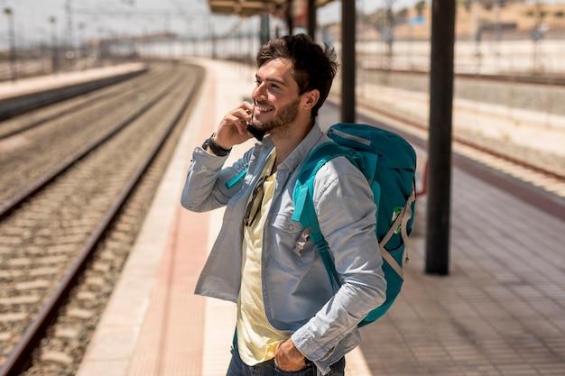 Reisender, der am telefon spricht