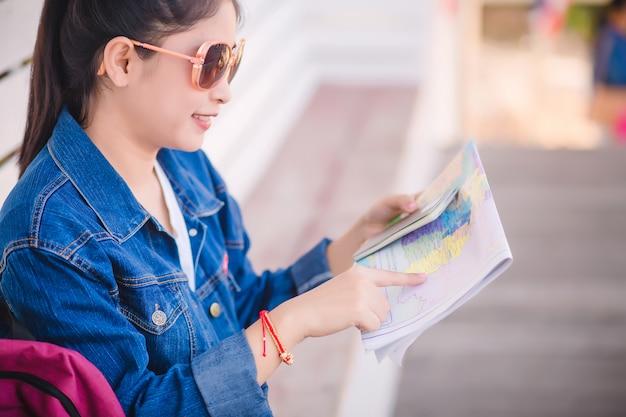 Reisender, der die karte betrachtet