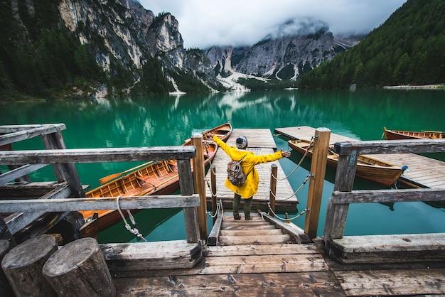 Reisender, der einen alpensee bei braies, italien besucht