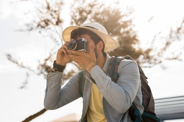 Reisender, der fotos mit einer kamera macht
