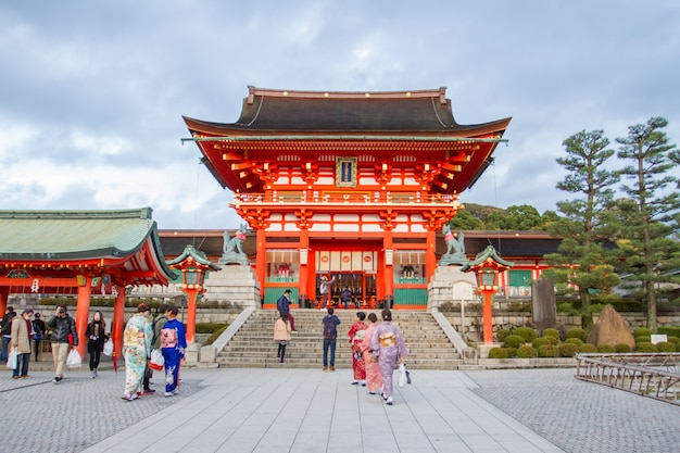 Reisender, der in den fushimi inari taisha-schrein in japan geht