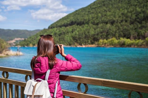 Reisender der jungen frau, der schöner natur tal des blauen mondes in china, reiselebensstil betrachtet