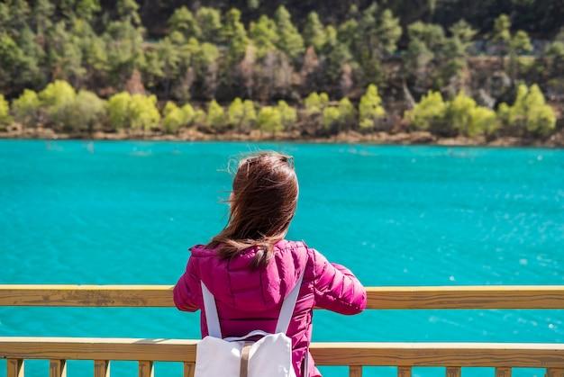 Reisender der jungen frau, der schöner natur tal des blauen mondes in china, reiselebensstilkonzept betrachtet