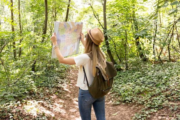 Reisender, der karte von hinten betrachtet
