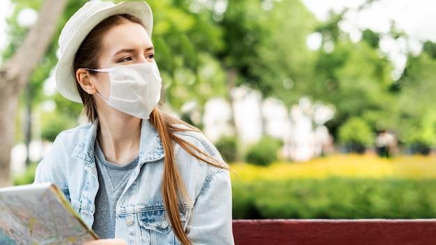 Reisender, der medizinischen maskenkopierraum trägt