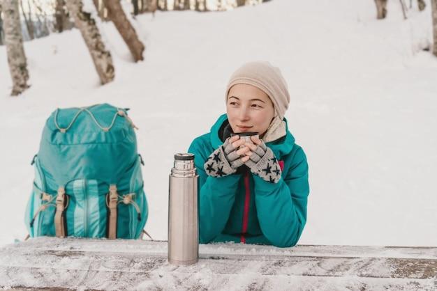 Reisender, der tee im winter trinkt