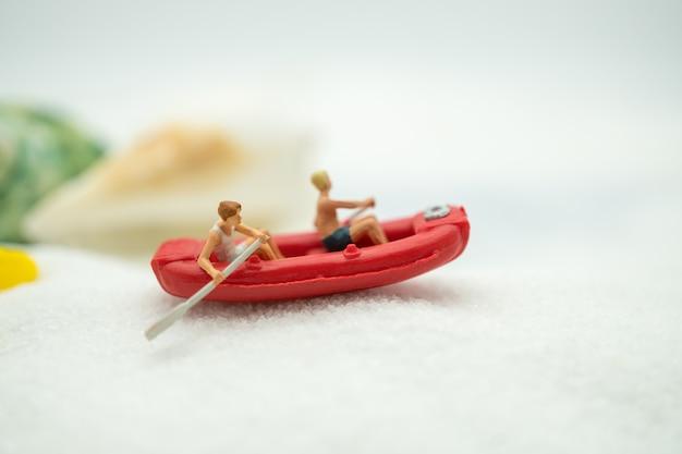 Reisender, der unter verwendung als hintergrundgeschäftssommer-reisekonzept kayak fährt.