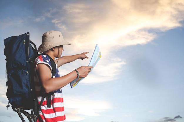 Reisender, der vor himmelansicht steht