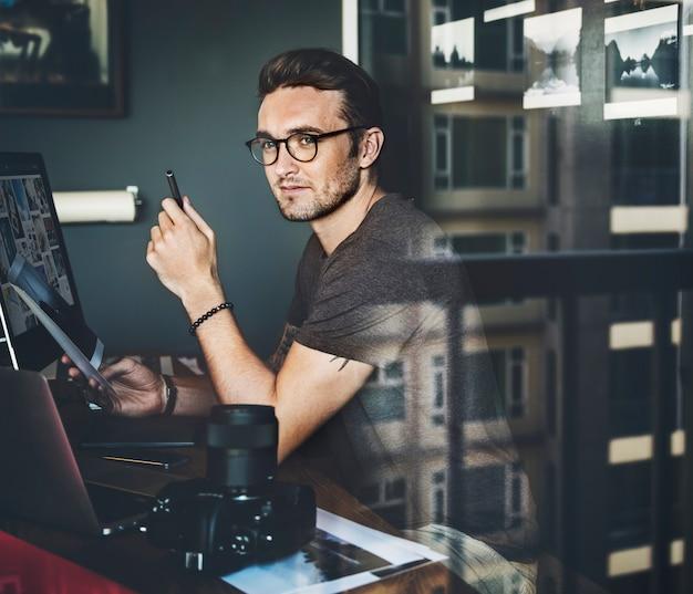 Reisender fotograf-journalist workplace concept
